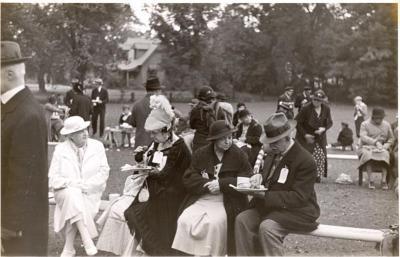 Tercentenary: people on bench